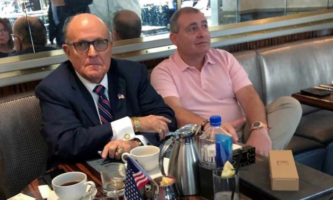 Rudy Giuliani ao lado de Lev Parnas, no hotel Trump International, em Washington Foto: ARAM ROSTON / REUTERS / 20-09-2019