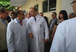 Witzel veste jaleco de médico em visita ao Hospital Estadual Azevedo Lima, em Niterói Foto: Renan Rodrigues / Agência O Globo