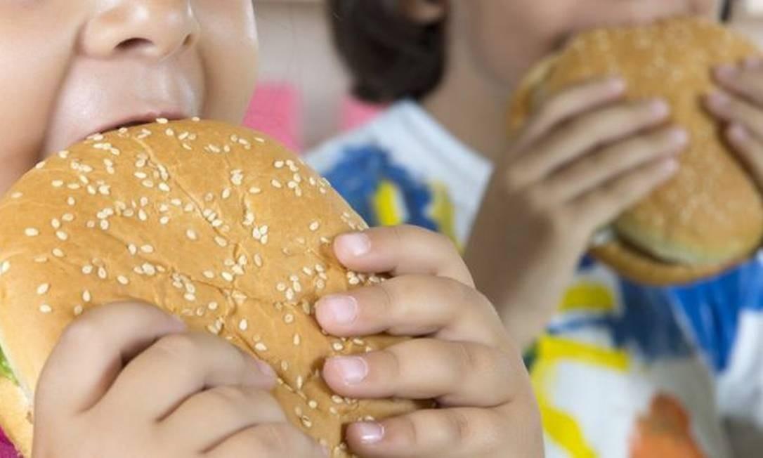 Pessoas de baixa de renda têm maior probabilidade de se tornarem obesas com alimentação menos saudável Foto: Getty Images