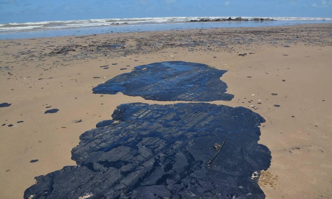 Manchas de óleo chegam em Sergipe Foto: Márcio Garcez / Agência O Globo