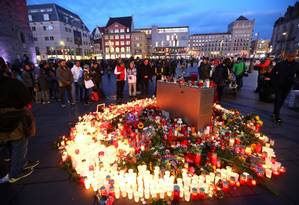 Pessoas prestam homenagens aos mortos em ataque a tiros na Alemanha Foto: HANNIBAL HANSCHKE / REUTERS