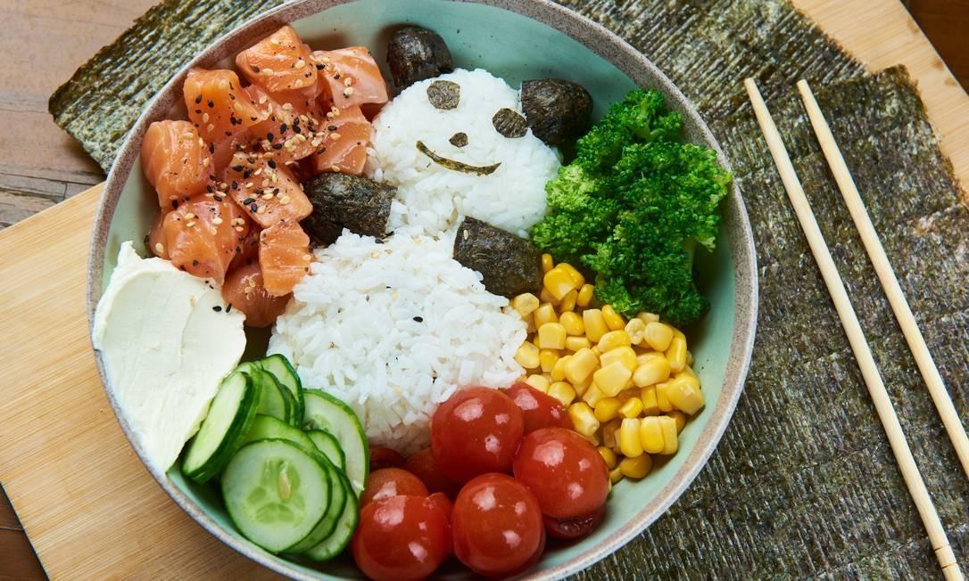 Pokee-se.  PokeKid , com gohan, pepino, salmão, tomate, brócolis, cream cheese e nori Foto: Selmy Yassuda / Divulgação