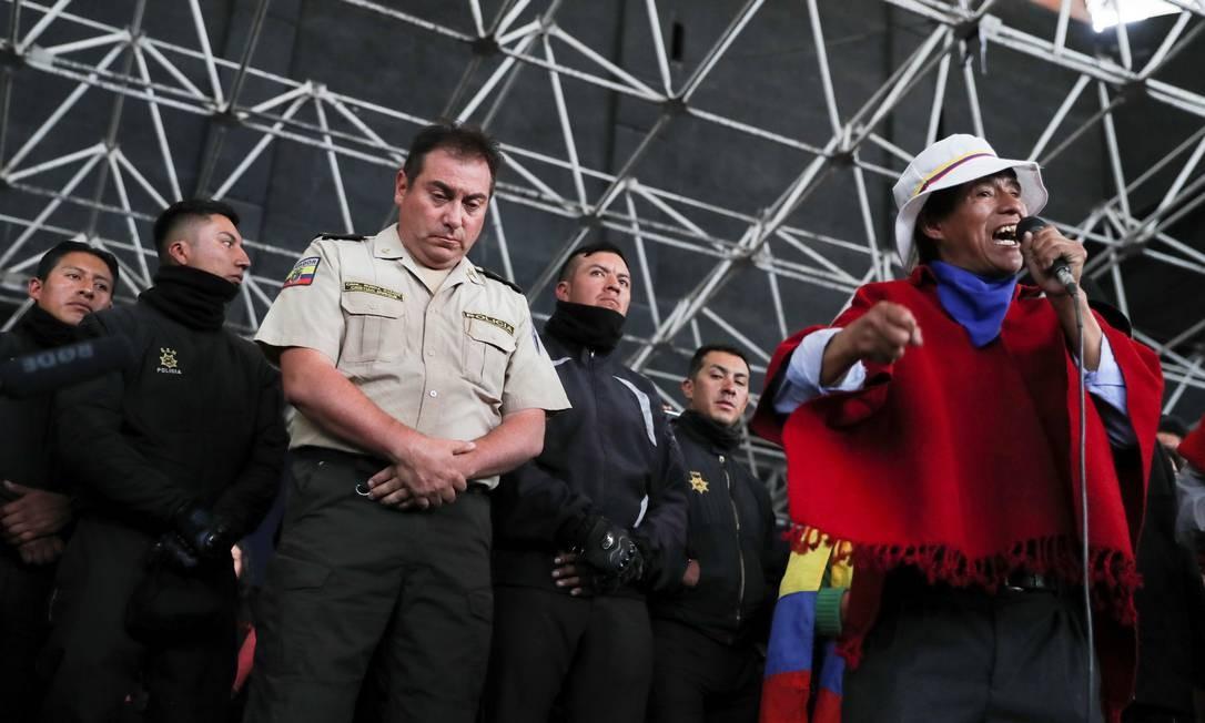 Policiais são retidos por grupo indígena em Quito, no Equador Foto: IVAN ALVARADO / REUTERS