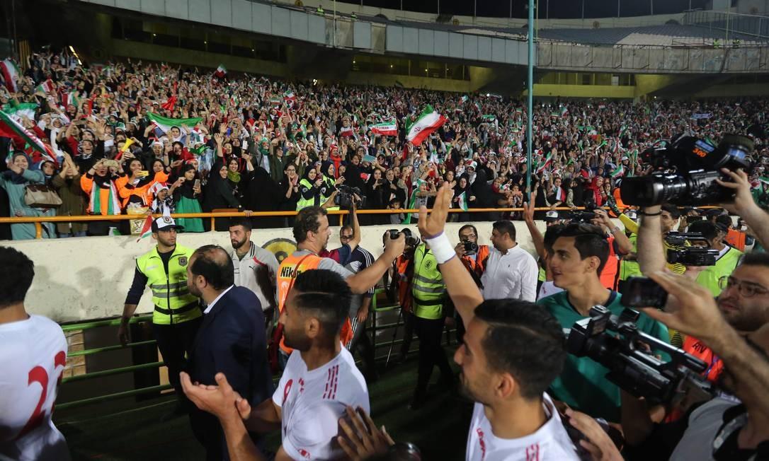 Jogadores do Irã fazem homenagem às torcedoras que assistiram das arquibancadas a vitória por 14 a 0 sobre o Camboja Foto: ATTA KENARE / AFP