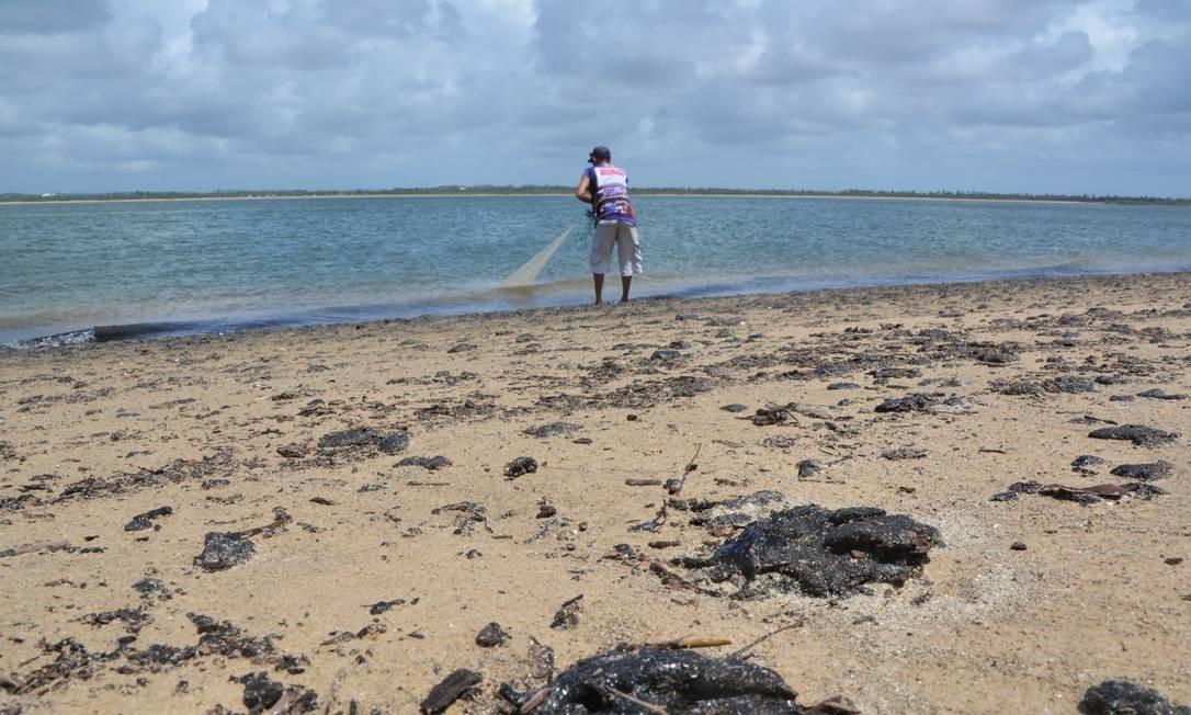 Óleo contamina foz do rio Vaza-Barris e a praia do Viral, em Aracaju Foto: Márcio Garcez / Agência O Globo