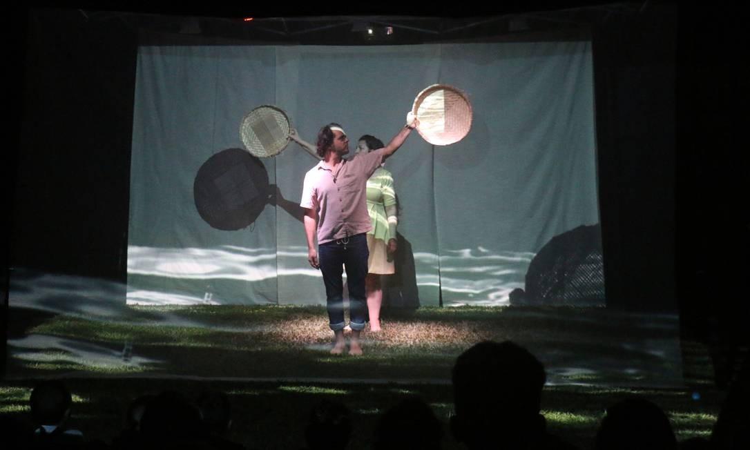 """A peça """"O Barquinho Amarelo"""" relembra as brincadeiras da infância no interior, pelo Festival Internacional Intercâmbio de Linguagens (FIL) Foto: Divulgação"""