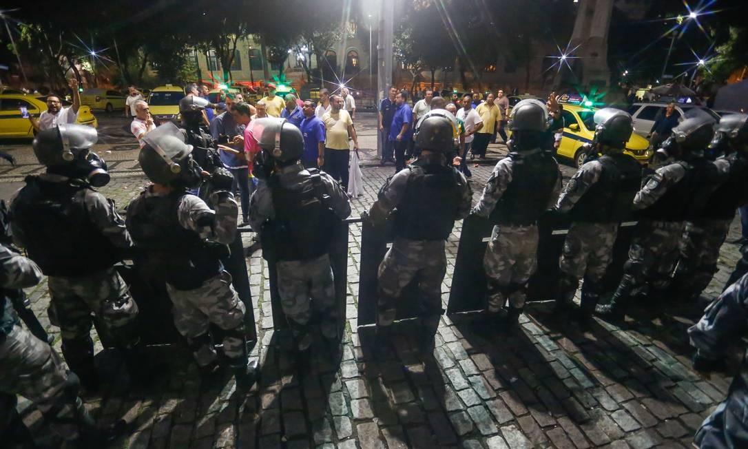 Protesto de taxistas que pedem regras mais duras para transporte de passageiros por aplicativos termina em confronto, na Cinelândia, com policiais militares e guardas municipais Foto: Marcelo Regua / Agência O Globo