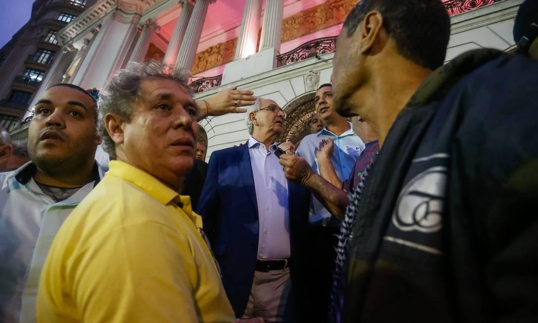Vereadores estão sendo escoltados para sair da Câmara Foto: Marcelo Regua / Agência O Globo
