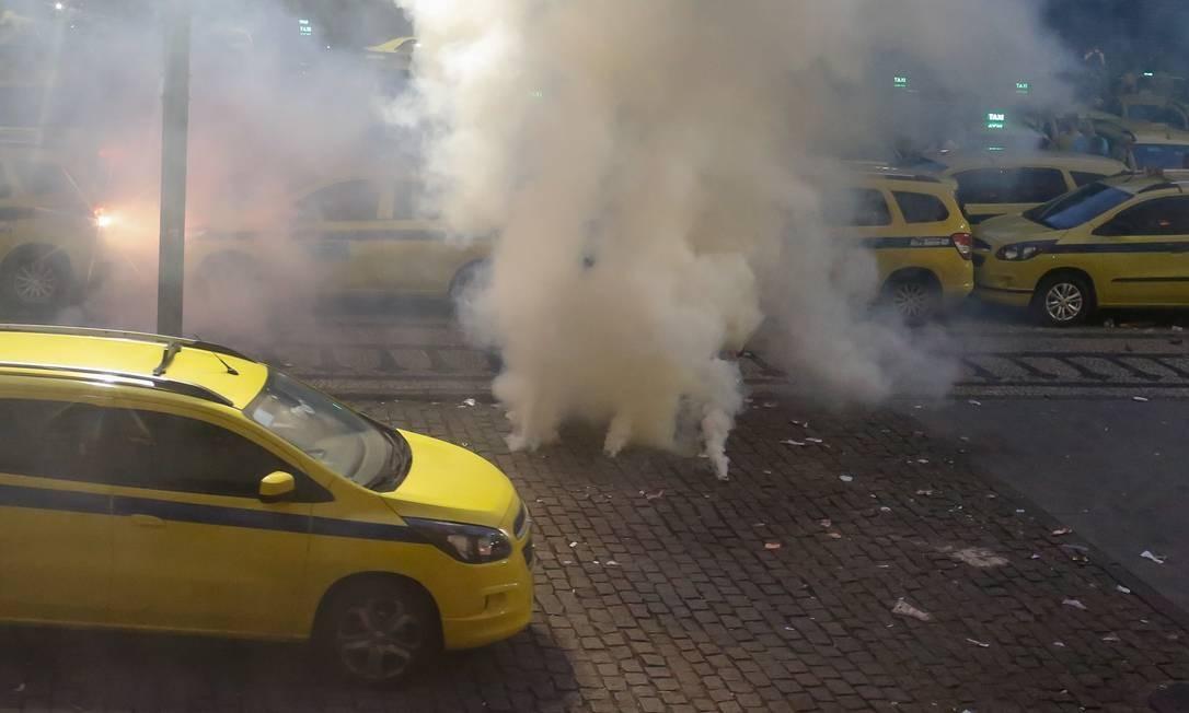 Por causa da confusão por 30 minutos os acessos e saidas da Câmara ficaram fechados e muitas pessoas passaram mal por conta das bombas de efeito moral. Foto: Marcelo Regua / Agência O Globo