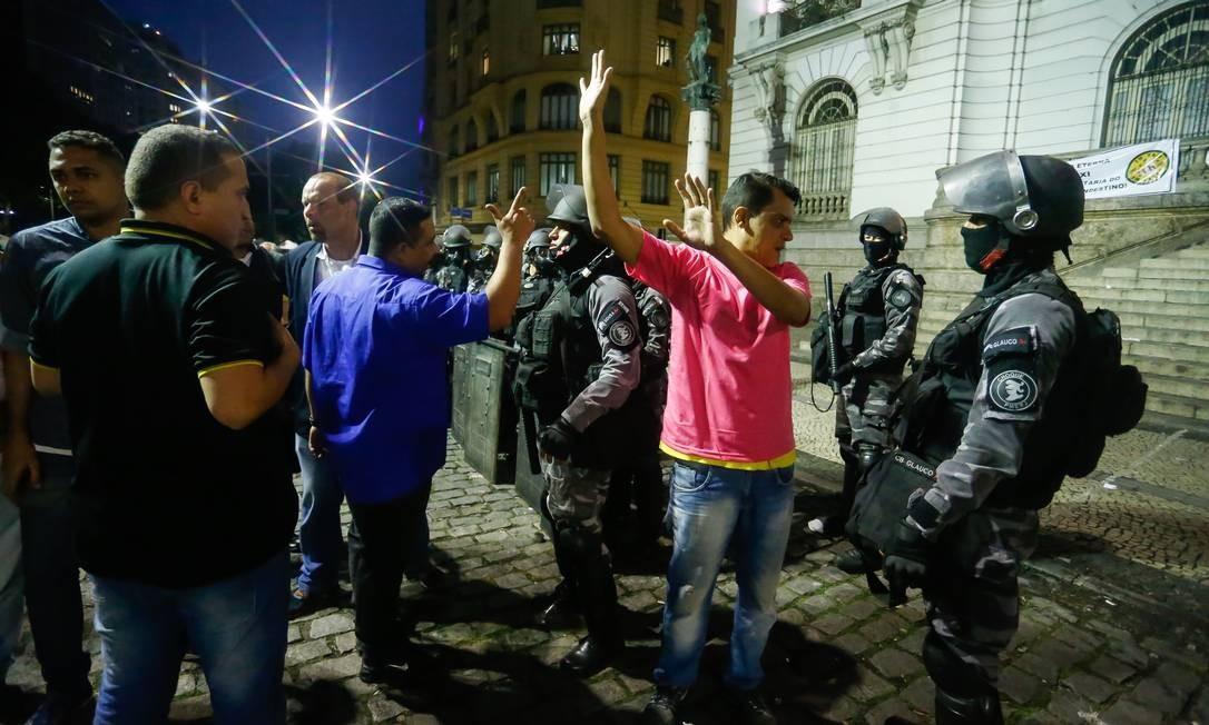 Tumulto na Cinelândia após Câmara adiar votação de projeto que endurece legislação para transporte de passageiros por aplicativos Foto: Marcelo Regua / Agência O Globo
