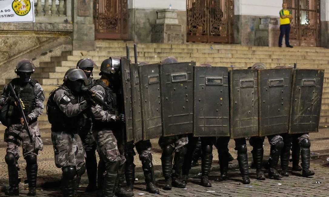 Após o adiamento da votação, policiais militares e guardas municipais que faziam a segurança no entorno da Câmara entraram em confronto com os manifestantes Foto: Marcelo Regua / Agência O Globo