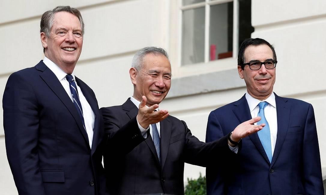 O vice-premier chinês Liu Hu entre o representante do Comércio dos EUA Robert Lighthizer e o secretário do Tesouro Steve Mnuchin: negociações. Foto: Yuri Gripas / REUTERS