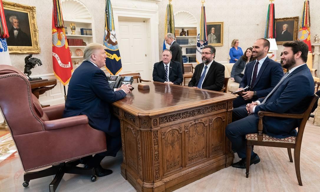 Trump com Pompeo, Ernesto Araújo, Eduardo Bolsonaro e Filipe Martins na Casa Branca Foto: Joyce N. Boghosian / Casa Branca/30-8-2019