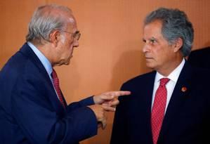 Chefe da OCDE, José Ángel Gurría (esq.) conversa com o diretor-gerente interino do FMI, David Lipton. Organização enfrenta disputas internas sobre formato de expansão Foto: HANNIBAL HANSCHKE / AFP