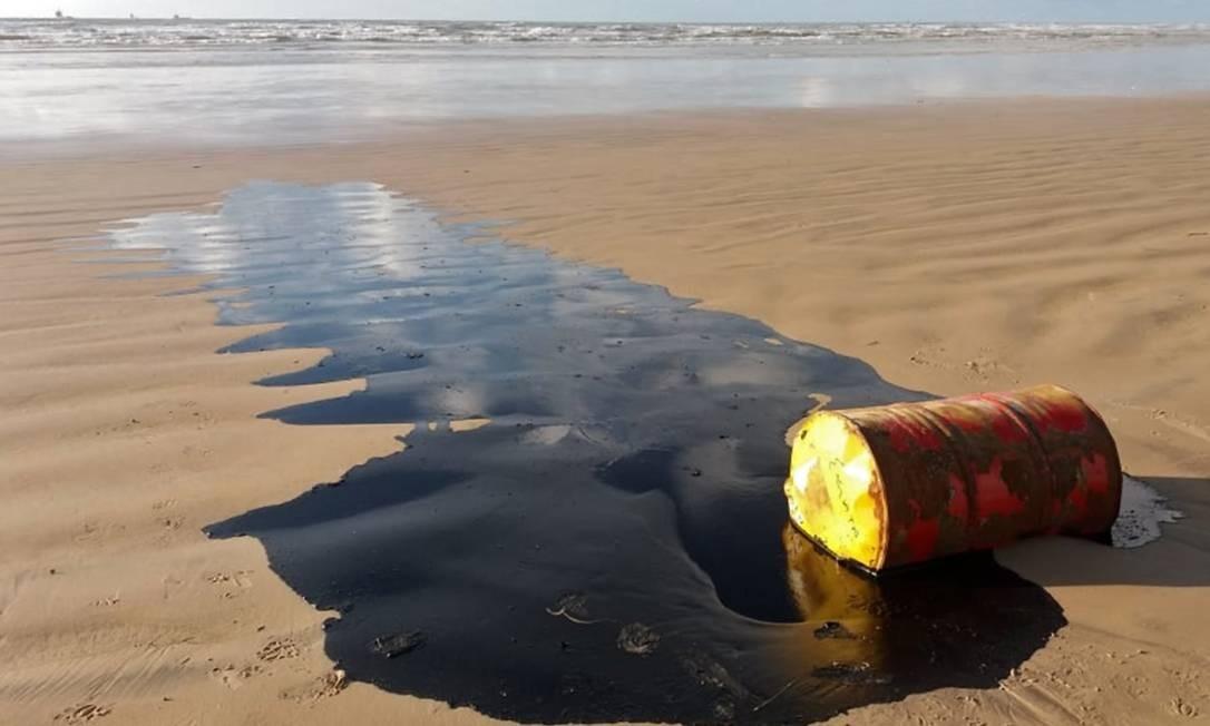 Óleo derramado de barril é diferente do petróleo cru espalhado pelo litoral do Nordeste Foto: HO / AFP