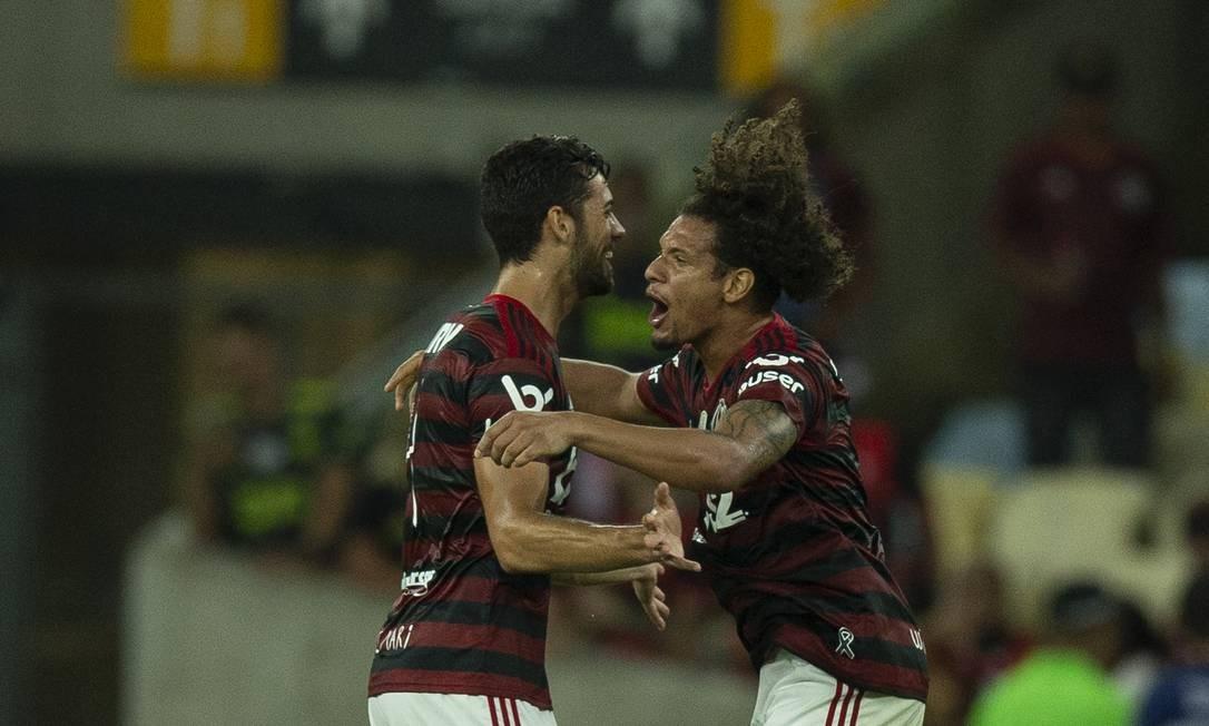 Arão comemora com Pablo Marí o primeiro gol do Flamengo Foto: Alexandre Cassiano / Agência O Globo