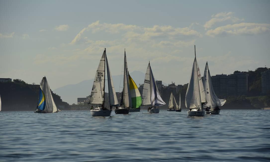 Velas ao mar: regata no último fim de semana reuniu 140 barcos na enseada Foto: Bruno Oliveira / Divulgação
