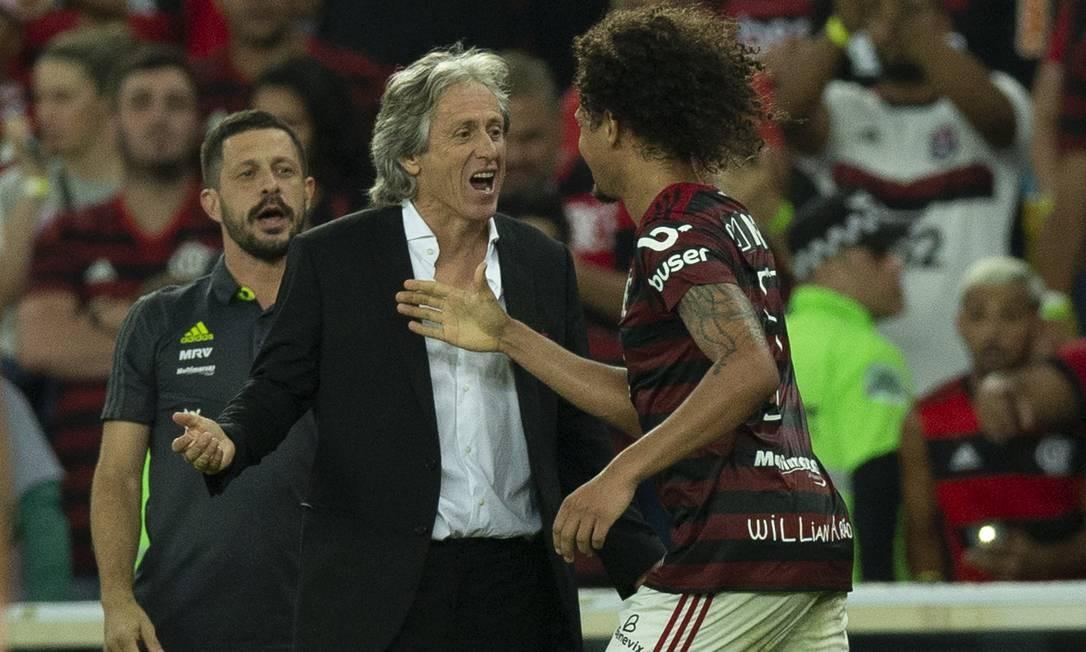 Arão comemora com Jorge Jesus o primeiro gol do Flamengo sobre o Atlético-MG Foto: Alexandre Cassiano / Alexandre Cassiano