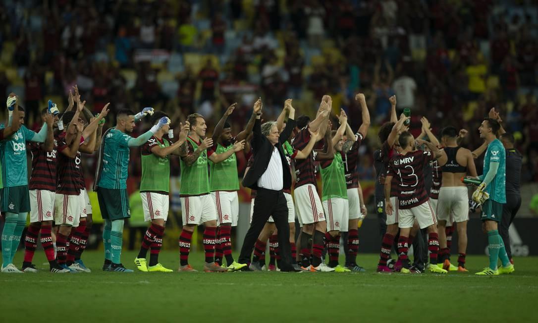 Jogadores e o técnico Jorge Jesus saúdam a torcida do Flamengo após a vitória sobre o Atlético-MG, que colocou o rubro-negro 8 pontos à frente do segundo colocado Foto: Alexandre Cassiano / Alexandre Cassiano