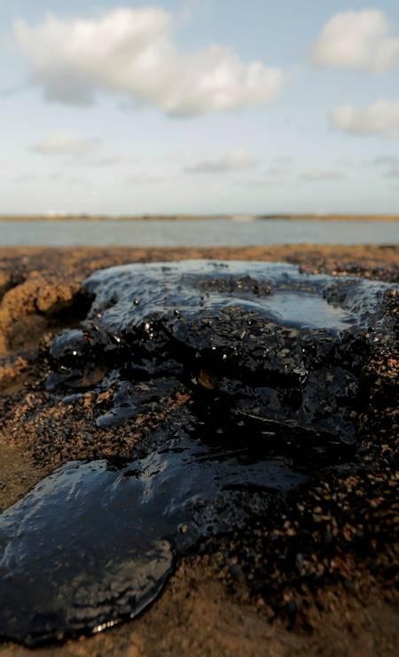 Óleo no Pontal do Coruripe, no estado de Alagoas. A Marinha do Brasil está notificando 30 navios-tanque de 10 países diferentes a prestarem esclarecimentos na investigação para saber a origem do óleo Foto: Alisson Frazao / REUTERS - 08/10/2019