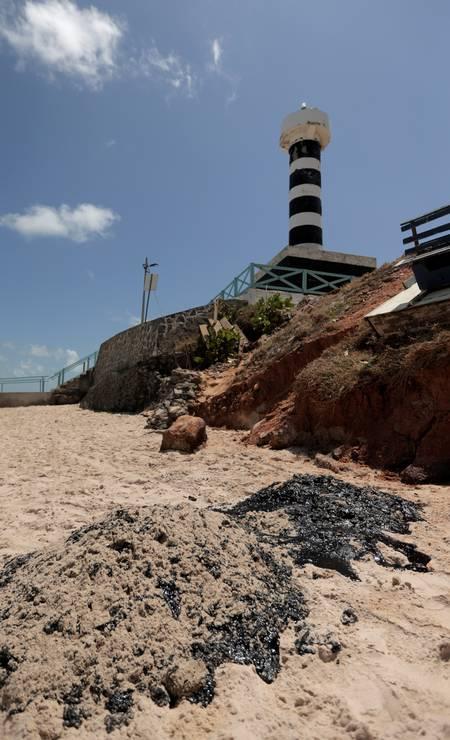 Óleo na praia do Coruripe no Pontal do Coruripe, no estado de Alagoas. Óleo já atingiu 63 municípios de 9 estados do Nordeste Foto: STRINGER / REUTERS - 08/10/2019
