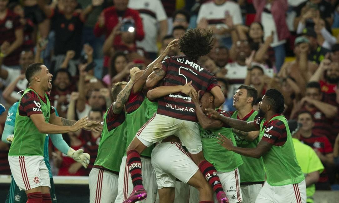 Willian Arão comemora com os reservas seu gol que abriu o placar na vitória de 3 a 1 do Flamengo sobre o Atlético-MG no Maracanã Foto: Alexandre Cassiano / Agência O Globo