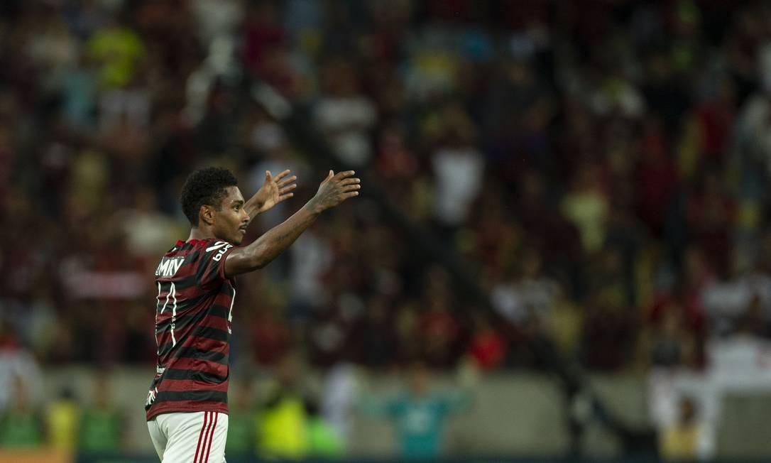 Vitinho celebra seu golaço Foto: Alexandre Cassiano / Agência O Globo