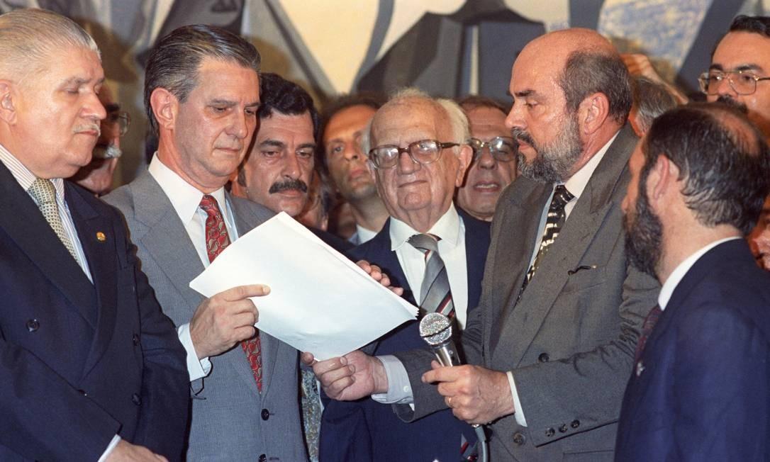 Mauro Benevides (à esquerda) e Barbosa Lima Sobrinho ( centro), observam o Presidente da OAB, Marcello Lavanere entregar a Ibsen Pinheiro, o pedido de impeachment do presidente Fernando Collor Foto: Edvaldo Ferreira / Agência O Globo - 01/09/1992