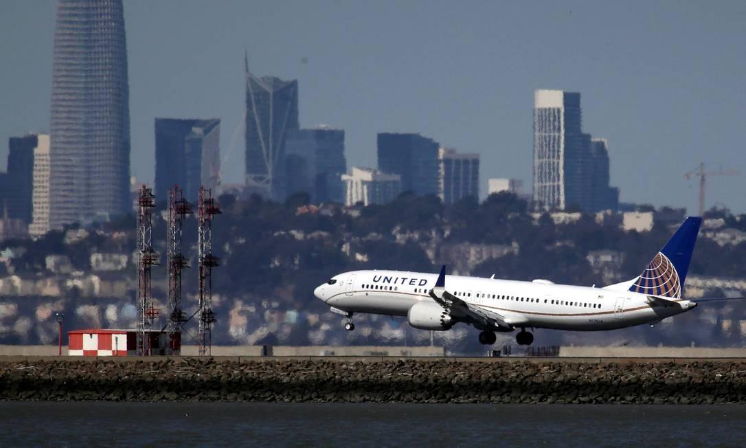 Nesta foto de arquivo de 13 de março de 2019, uma aeronave Boeing 737 Max 9 da United Airlines aterrissa no Aeroporto Internacional de São Francisco, em Burlingame, Califórnia Foto: JUSTIN SULLIVAN / AFP