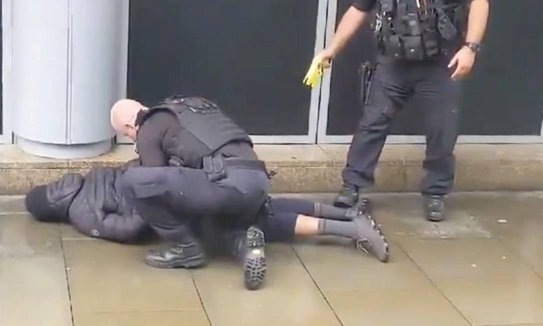 Suspeito é imobilizado pela polícia no lado de fora do shopping Arndale Foto: JOHN GREENHALGH / JOHN GREENHALGH via REUTERS