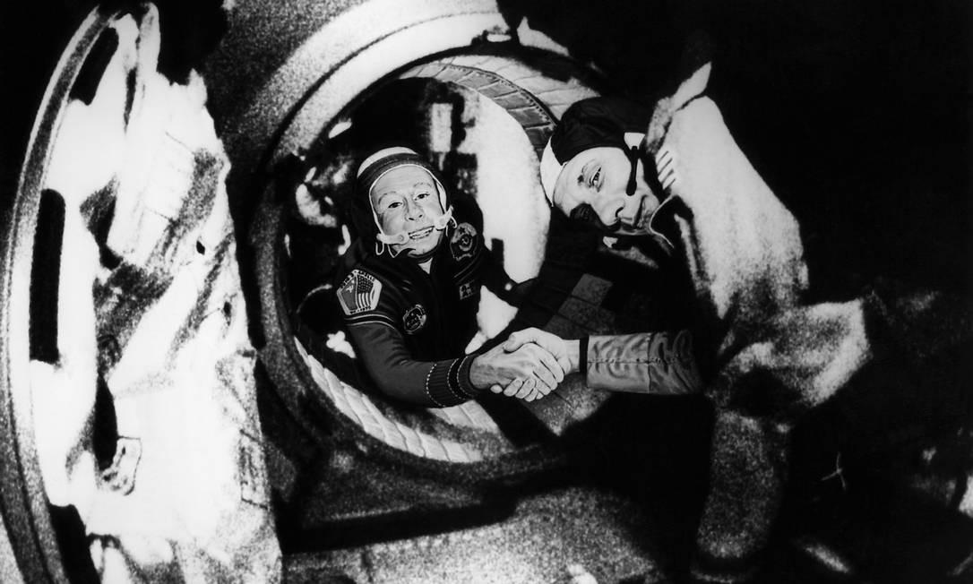(FILES) Em foto de 17 de julho de 1975, Alexei Leonov (à esquerda) aparece ao lado de Thomas Stafford, comandante da equipe americana da missão Apollo-Soyuz Foto: AFP / nasa
