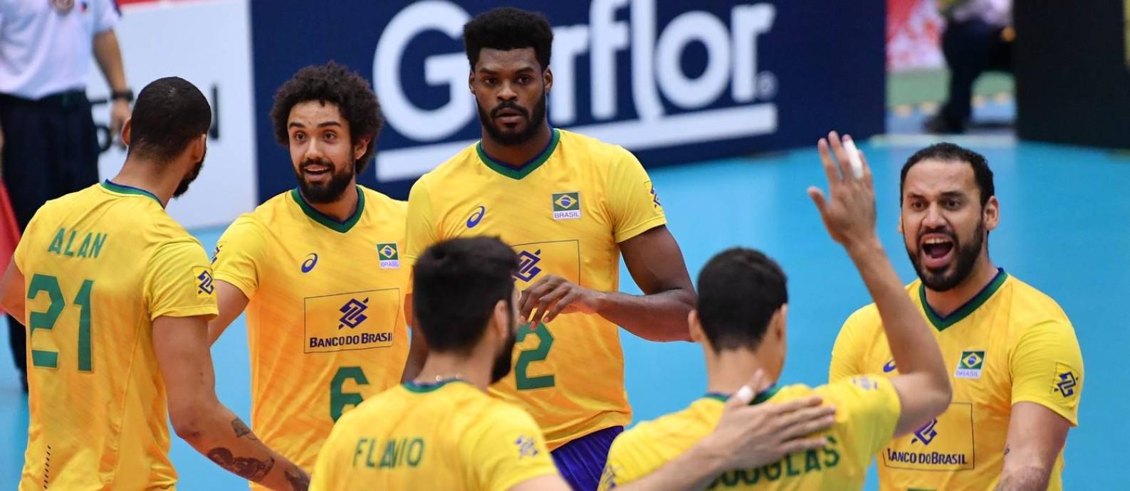 Brasileiros festejam ponto na vitória sobre a Tunísia Foto: Divulgação / FIVB
