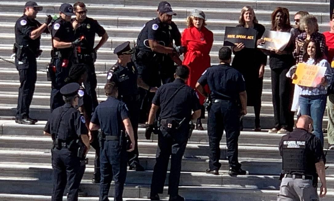 Jane Fonda (de vermelho) é presa pela polícia durante protesto no Capitólio Foto: ARLO HEMPHILL / ARLO HEMPHILL via REUTERS