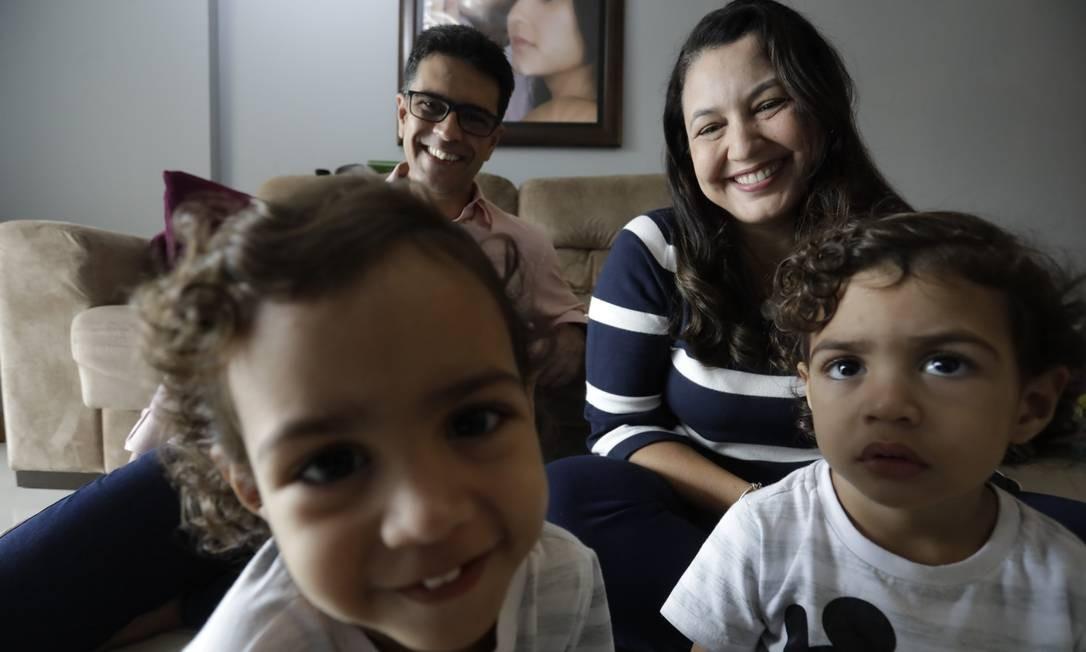 Os pais Luciana Krull e José Luiz Fonseca mudaram a rotina dos gêmeos Gabriel e Lucas, e eles passaram a tomar banho mais tarde para evitar barulhos antes das 6h Foto: Custódio Coimbra / Agência O Globo