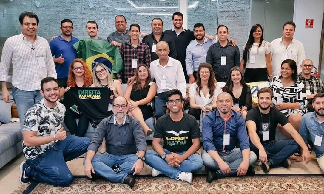 Filipe Martins (em pé, o quinto da direita para a esquerda) e Otavio Fakhoury (em pé, o primeiro à esquerda) em encontro de militantes bolsonaristas em São Paulo Foto: Reprodução/Twitter