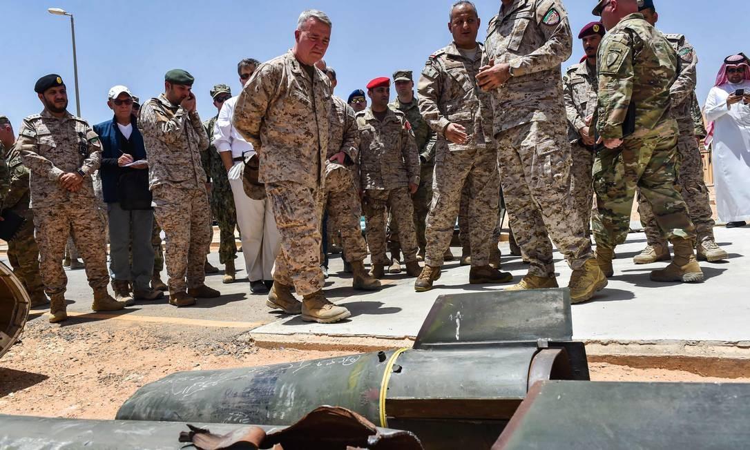 Militares americanos inspecionam armas usadas pelos Houthis, no Iêmen, que seriam de fabricação iraniana. EUA veem no Irã a principal ameaça no Oriente Médio, porém uma ação militar, apesar de popular entre os conservadores de Washington, não está nos planos da Casa Branca Foto: FAYEZ NURELDINE / AFP