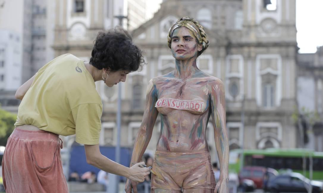 Protesto 'Escolha cultura', em frente ao Centro Cultural Banco do Brasil Foto: Domingos Peixoto / Agência O Globo