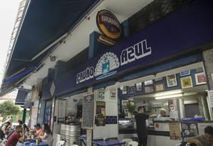 Boteco-raiz. O Pavão Azul funciona há 42 anos em Copacabana, sendo ponto de encontro de várias gerações Foto: Ana Branco / Agência O Globo