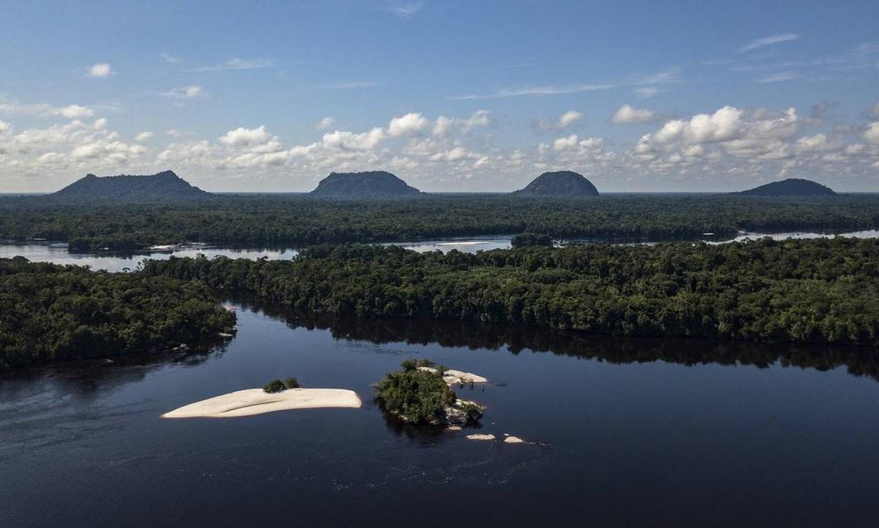 """Vista aérea das Serras do Tapuruquara. Roteiros foram montados seguindo indicações dos guias indígenas e sugestões dos turistas """"cobaias"""" Foto: Rogério Assis / ISA"""
