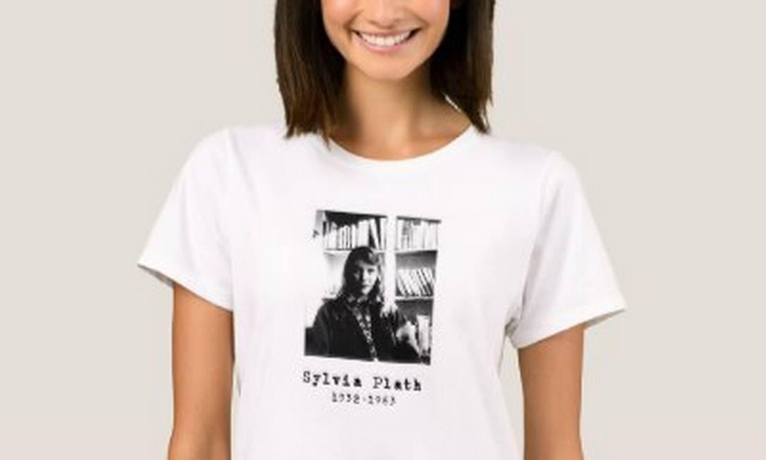 Modelo com camiseta com imagem da autora Sylvia Plath Foto: Reprodução