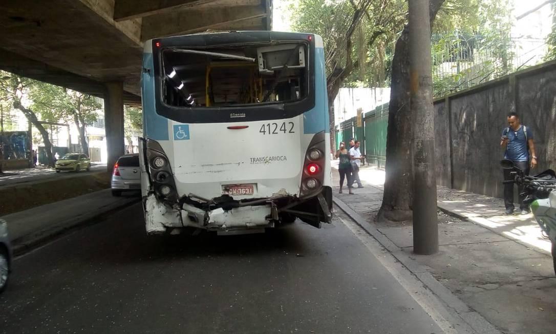 Traseira de ônibus ficou destruída após colisão. Dez pessoas se feriram no acidente: oito foram liberadas no local, e duas foram encaminhadas ao hospital Foto: Divulgação / COR