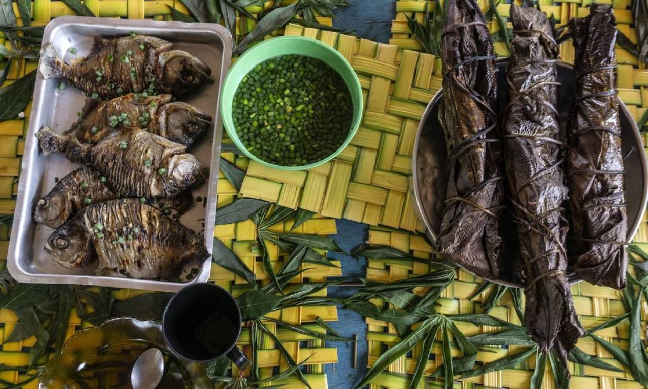 Pupeka (peixe assado na folha de arumã) e piranha assada. Fartura das mesas postas pelos moradores desperta atenção dos turistas no Roteiro Cultural Muniaka Foto: Rogério Assis / ISA