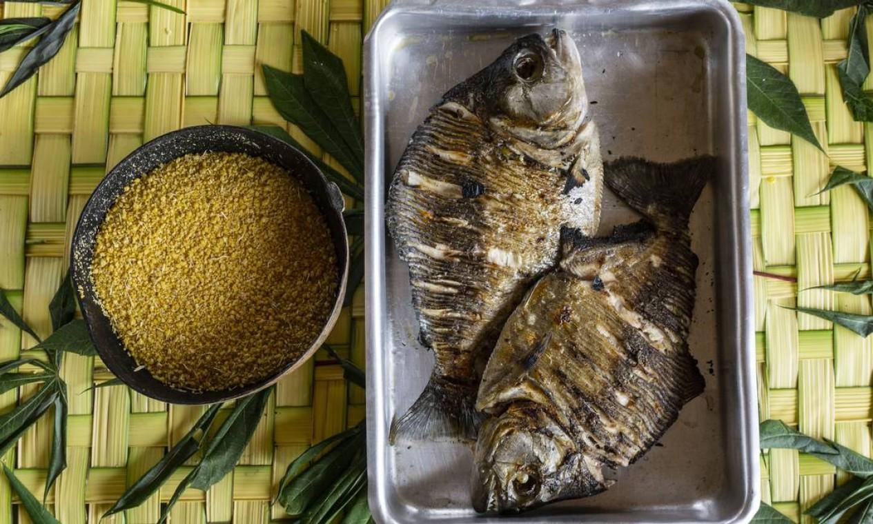 Piranha assada com farinha de mandioca, um dos pratos típicos da culinária local Foto: Rogério Assis / ISA