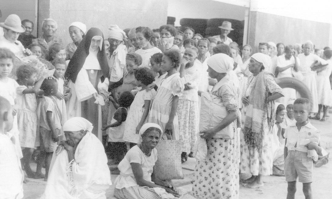 Irmã Dulce cercada de pessoas no Hospital Santo Antônio, em Salvador, Bahia, em 1976. Cerca de seis mil brasileiros rumam em direção à Itália para acompanhar a cerimônia de canonização da freira brasileira que dedicou sua vida aos pobres Foto: Reprodução