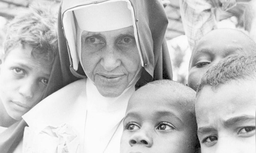 Irmã Dulce com crianças Foto: Reprodução / Reprodução