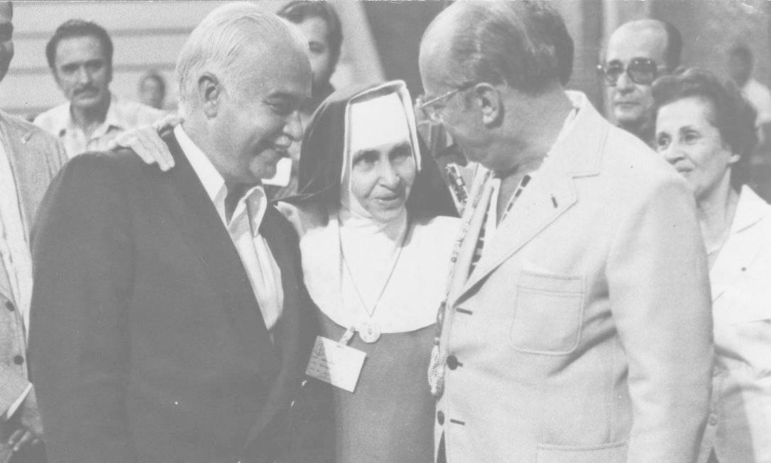 A freira entre Antônio Carlos Magalhães e João Figueiredo. Religiosa foi uma das mais importantes, influentes e notórias ativistas humanitárias do século 20 Foto: Reprodução / Reprodução
