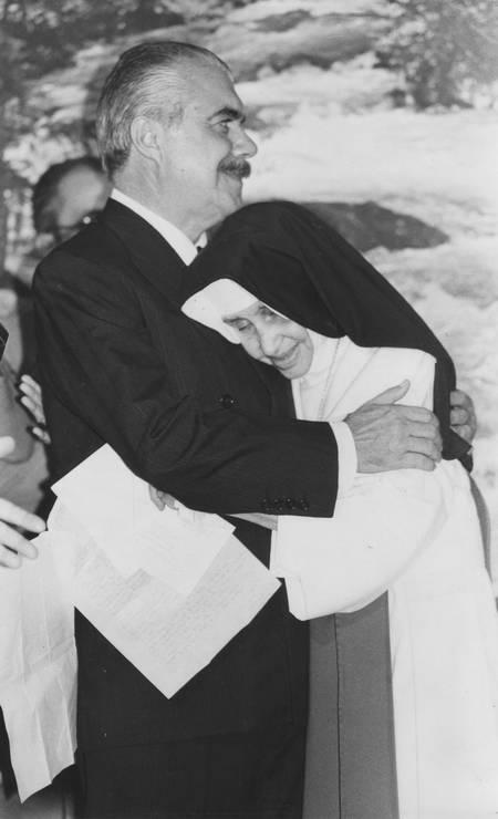 Irmã Dulce e José Sarney, que a indicou, em 1988, para o prêmio Nobel da Paz Foto: Reprodução / Reprodução