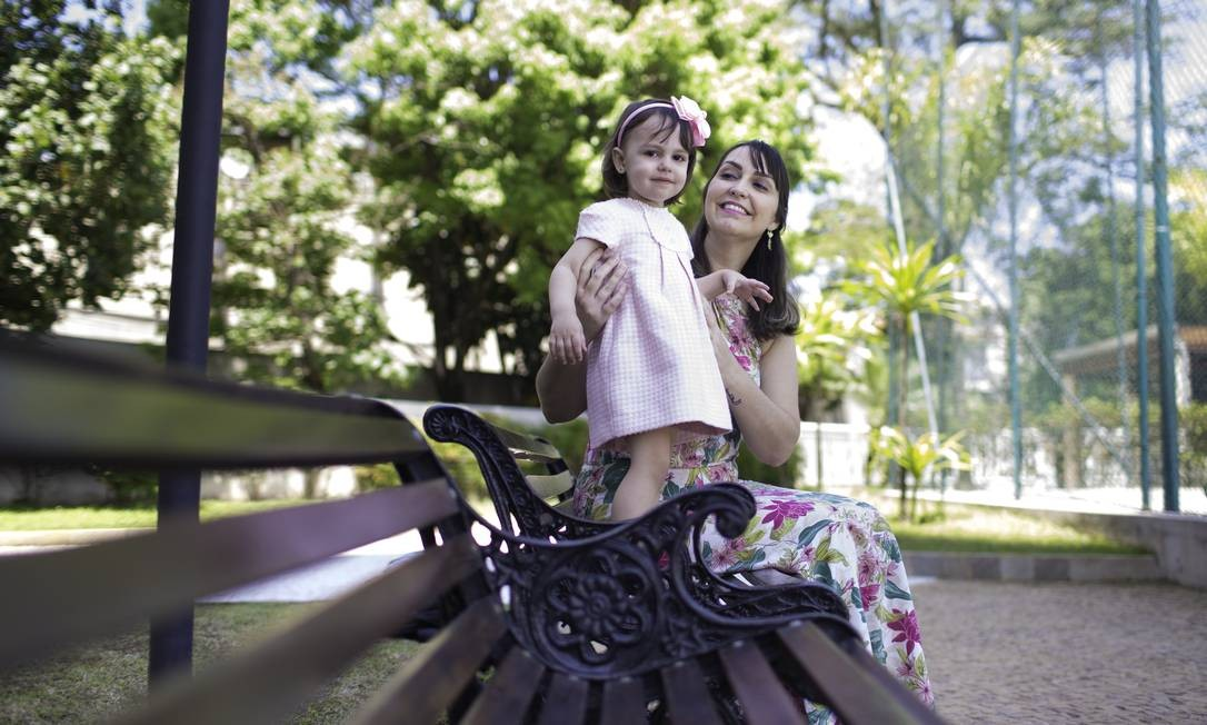Com a filha Lorena, Renata Quinzan Virches Torosian realizou o sonho de ser mãe apesar do câncer de mama Foto: Edilson Dantas / Agência O Globo