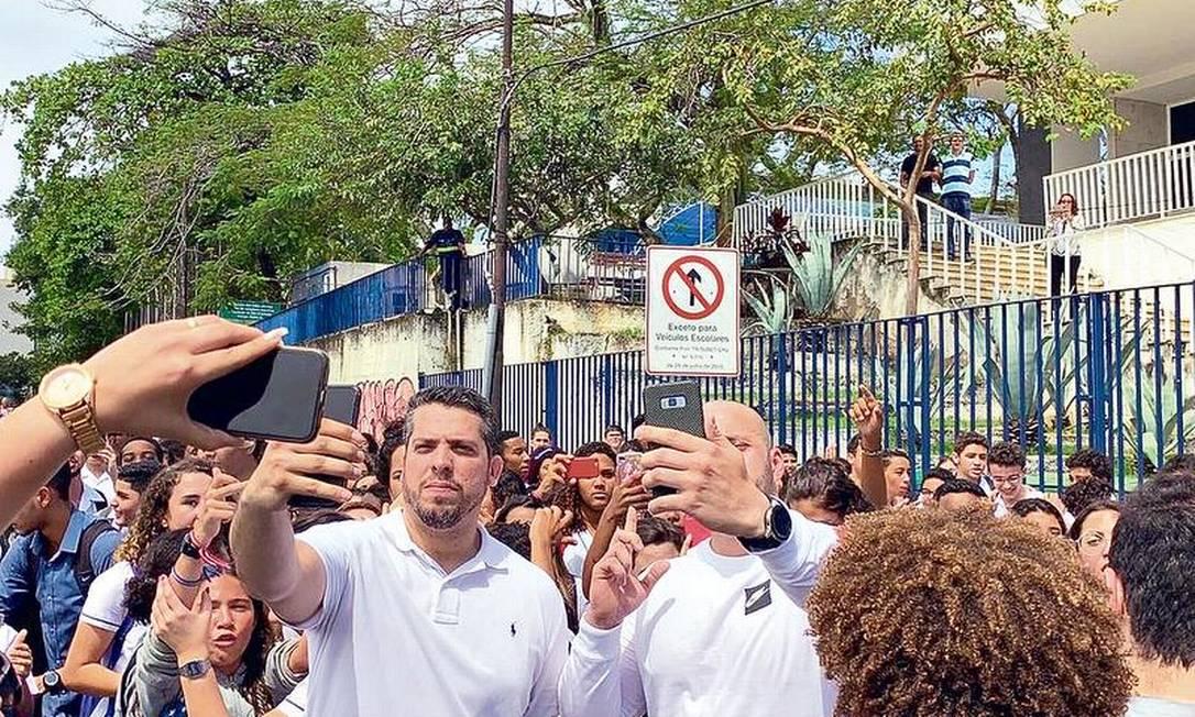 Estudantes cercam Amorim e Silveira na porta da unidade: parlamentares alegam que visita era para identificar as necessidades do colégio Foto: Reprodução