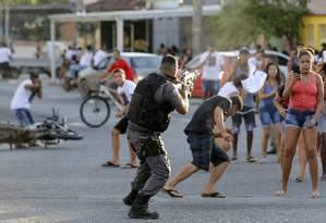 Após enterro de jovem em Irajá, objetos são incendiados, e PM agride manifestante e atira de fuzil em sua direção Foto: MARCELO THEOBALD / Agência O Globo